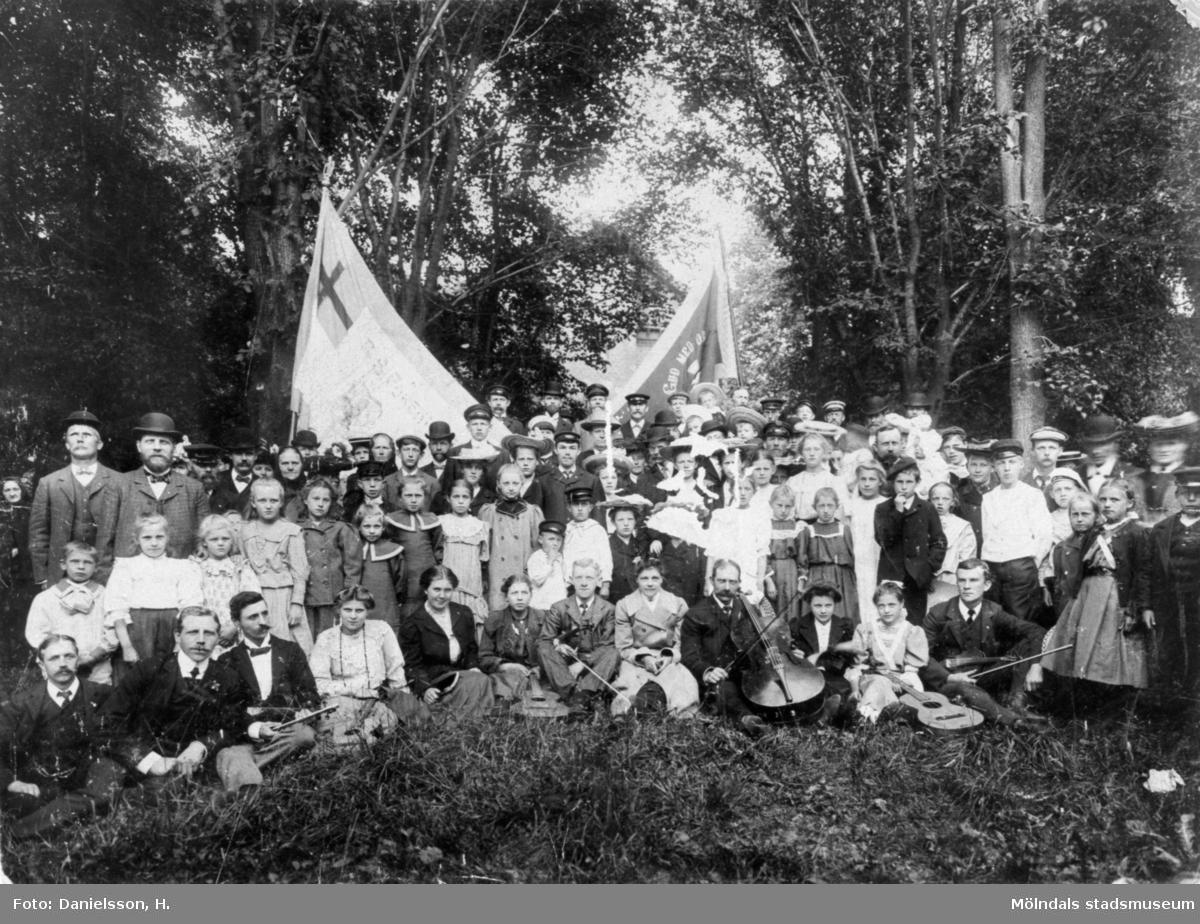 Man ser Blå bandsföreningen, Mölndal ute i det fria, år 1910. Stående från vänster i tredje raden; nr 2: Gräfsnäsen Andersson, vaktmästare på Eiser. Sittande från vänster i första raden; nr 5: Hildur Feuk, nr 6: Ellen Andersson (Göteborg).