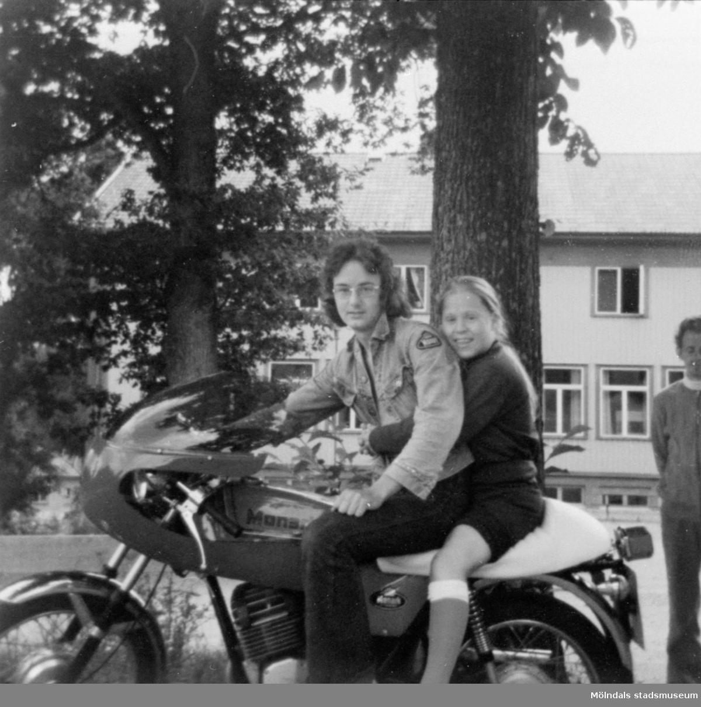 Inga-Lill Lipovsék sitter bak på en motorcykel, 1970- till 80-tal. Okänd förare. Hon bodde på Stretereds vårdhem från två års ålder till vuxen ålder.