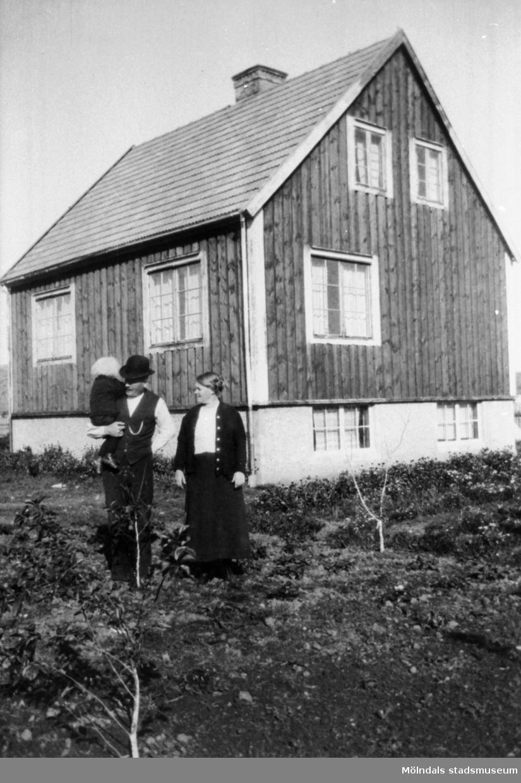 Familjen Hammarin (far med barn på armen samt mor) framför sitt hus på Solhemsgatan 4, 1920. Typograf Oskar Hammarin (1882-1955) och hustrun Beda Hammarin (1879-1960) bodde i huset (byggt 1918) till sin död.