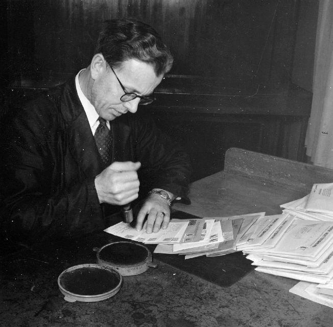 Handstämpling av brev på postkontoret Stockholm 2.  Foton 2/4 1947.