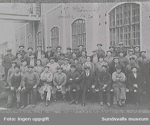 Arbetare utanför verkstadsbyggnad i Skönvik. Originalkopians ägare Gösta Granholm elektriker, f.1908, i bakre raden till höger.
