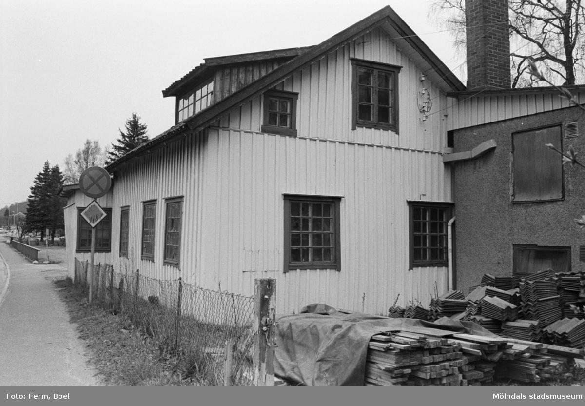 Dokumentation av byggnaden, som tidigare inrymde Lindströms snickeri och senare blev hantverksgården Ekebacken. Fotografierna togs 1992.