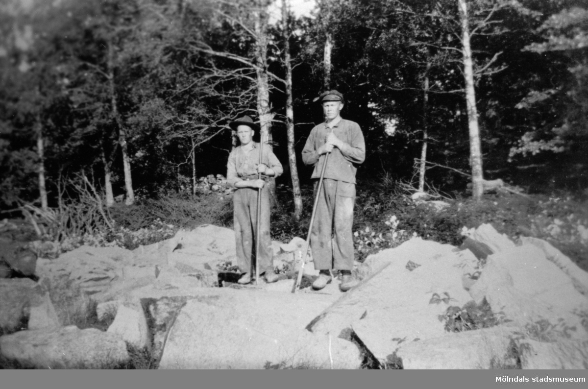 Arvid och Ferdinand bryter sten, troligtvis utanför Bäck i Gårda för ny väg, 1930.  Ferdinand är gift med Elsa i Strekered.