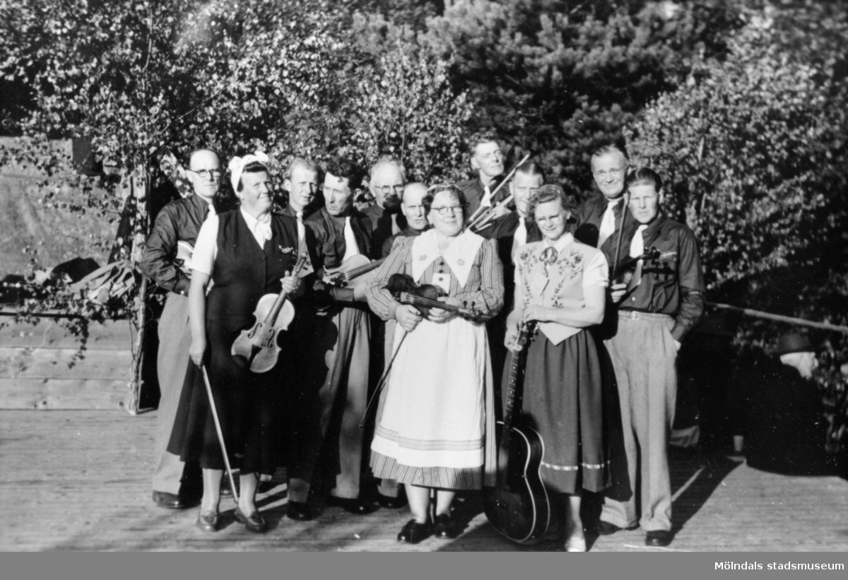 Hällesåkers spelmanslag gästspelar Frillesås dansbana, 1954.