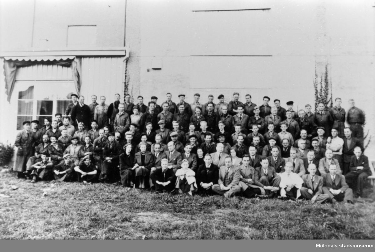 Personalen på A.B. Pumpindustri uppställda för foto utanför fabriken, 1960-talet.