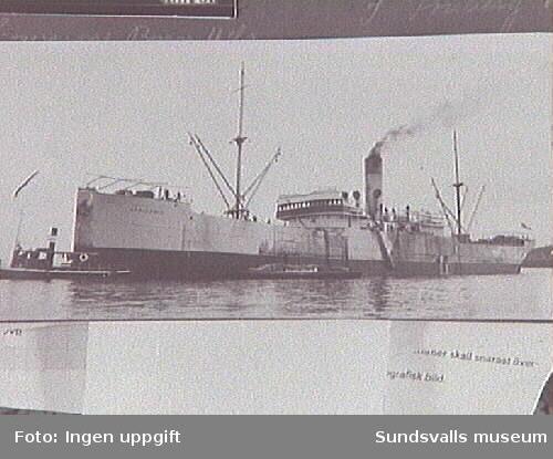 Atlantångaren Africanic och bogserbåten Klampis, vilken förmodligen bogserat en pråm till Africanic från Klampenborg till Svartvik.
