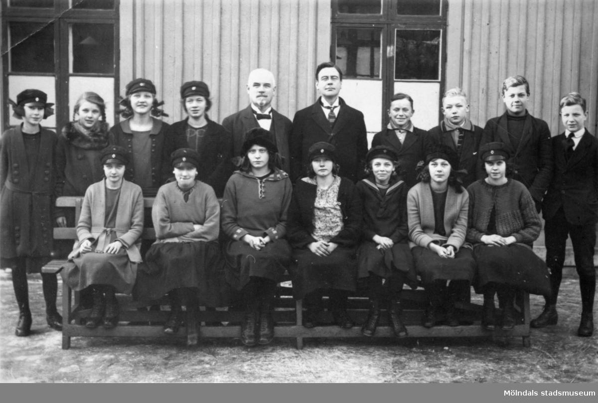 Exteriört foto av givaren Lilly Nygrens syster Signe Andreasson (född 1908) sitter i nedre raden till höger. Den vithårige mannnen är rektor Ludvig Hallgren. Götiska förbundets skola, 1920-tal.
