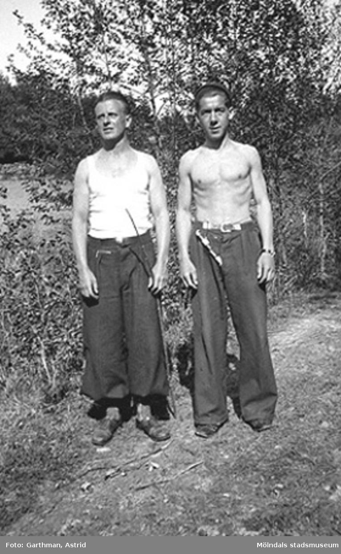 Sommardag i Fjärås Bräcka, 1940-tal. Till vänster Helmer Garthman och Gösta Gunnarsson.