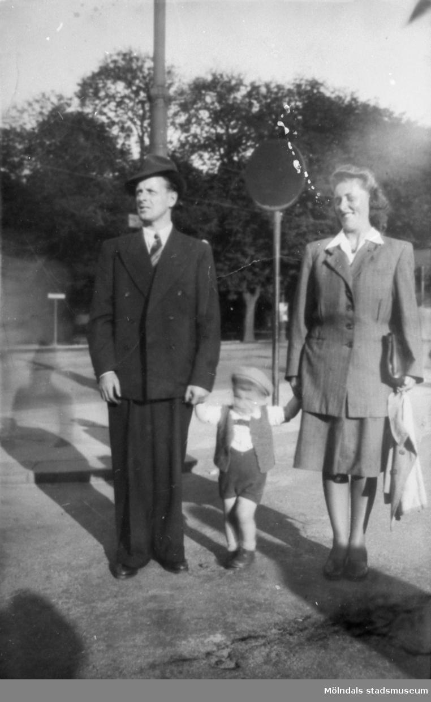 Familjen Garthman är ute och går i Broslätt. Pappa Helmer, sonen Leif-Åke samt mamma Astrid. Mitten av 1940-talet.
