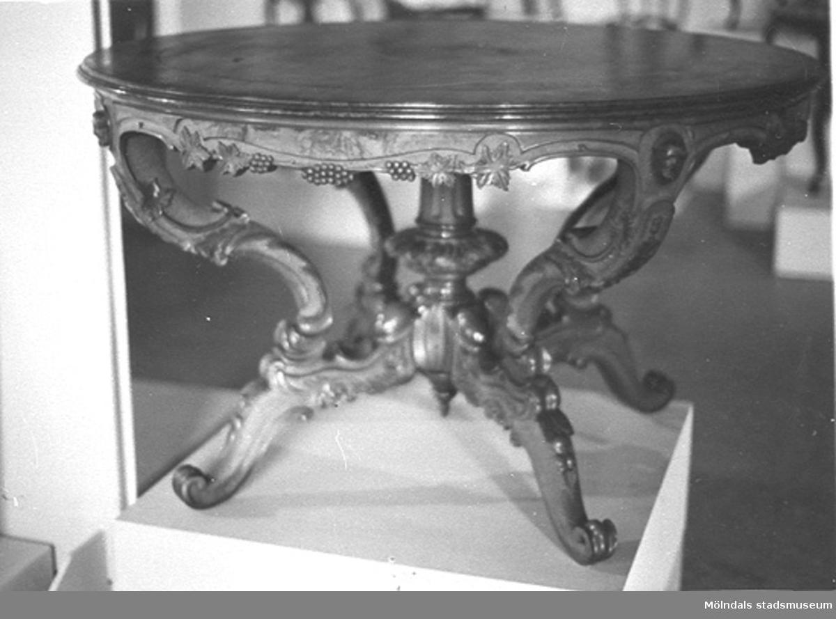 Ett bord, tillverkat av Olof Benjaminsson.