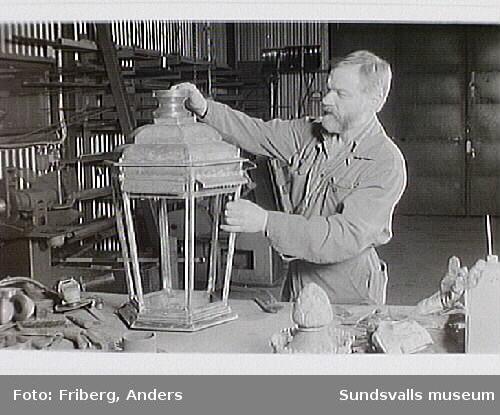 Lyktorna från Vängåvans fontän renoveras av Åke Cedenmark