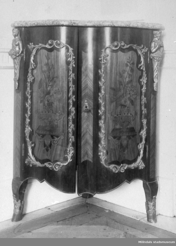 Lågt, mörkt träskåp med två dörrar, tillverkat av ebenisten (finsnickaren) Pierre Bernard,Paris, 1700-talets mitt. Gunnebo slott 1930-tal.