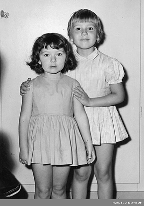 Två flickor vid Holtermanska daghemmet 1953.