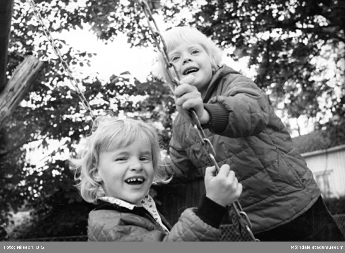 Två barn som gungar. Holtermanska daghemmet 1973.