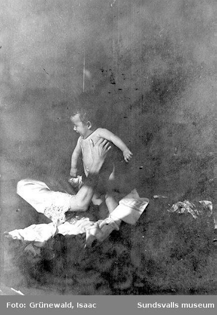 Sigrid Hjertén med sonen Iván Grünewald (f. 1911) i familjens bostad vid Kornhamnstorg, 1912.