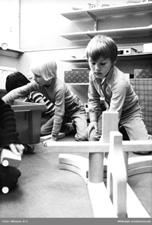 Barn som leker med klossar. Holtermanska daghemmet maj 1975.