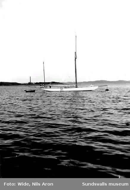 Färgaren Peter Wides son Nils Aron Wide var en hängiven seglare. Han seglade ofta med IFK-kamrater och har här troligen lånat faderns kamera.