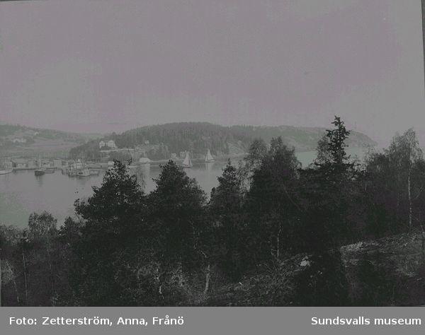 I fokus syns Solbacken, förvaltarbostad till Strömnäs sågverk. T v skymtar Strömnäs by samt delar av sågverkets brädgård.