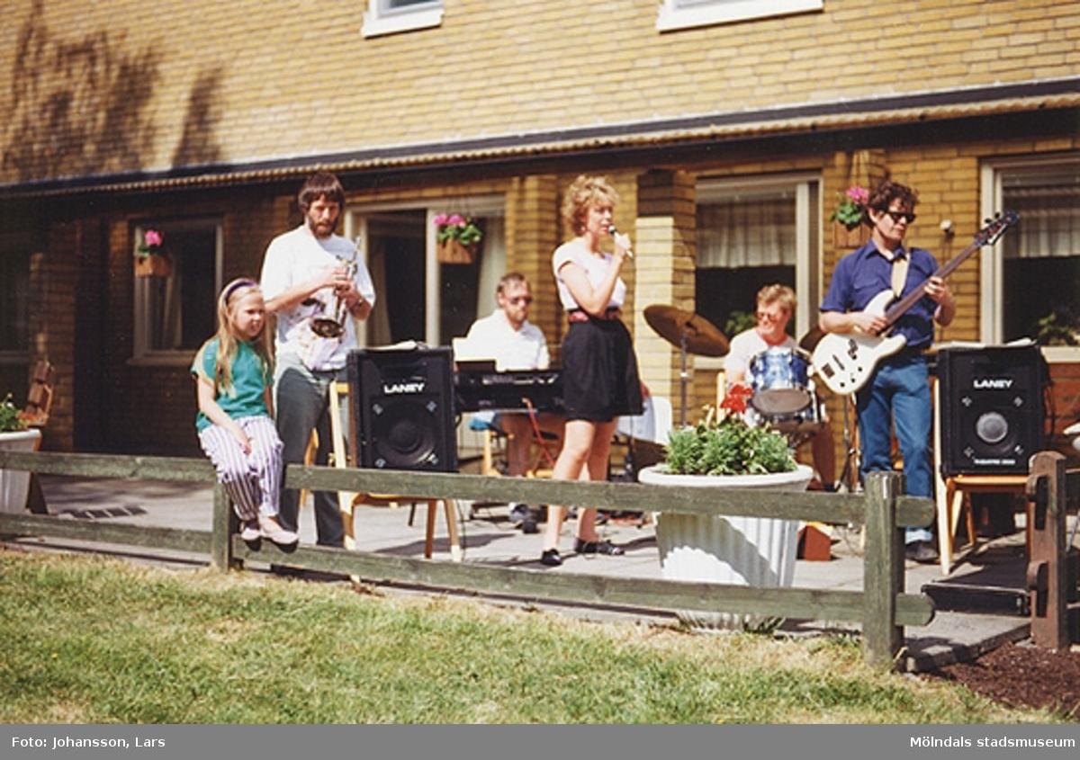 En av bostadsrättsföreningen Tegens gårdsfester 1989. Man hade bland annat korvservering, poängpromenad, spel, tävlingar, sång- och musikunderhållning m.m. Sångerskan heter Birgit Hansen, då boende i Bifrost (men inte resten av bandet).