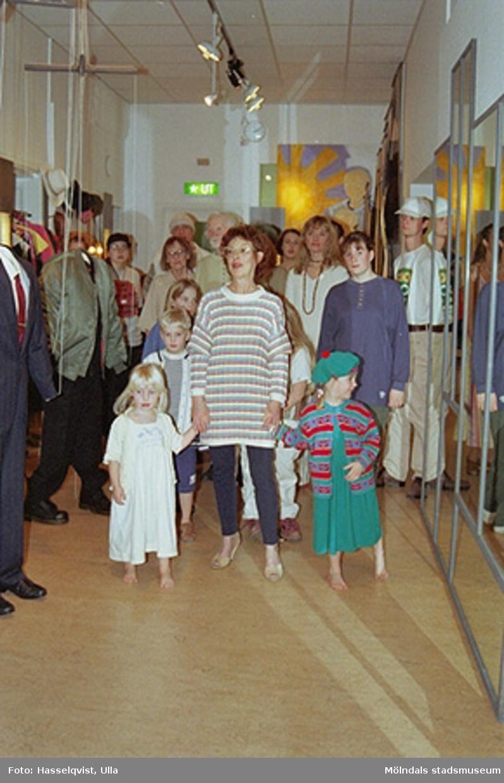 """Familjesöndag på Mölndals museum under utställningen """"Krinoliner och kortkort"""".Gunnel Wallin och barn ses i förgrunden. Bakom dem står de samlade mannekängerna som hade modevisning av ekologiska kläder. Ett samarbete med studieförbundet Vuxenskolan."""