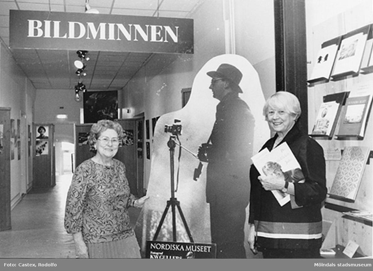 """Invigning 1993-12-12 av utställningarna """"KW Gullers Bildminnen"""" samt """"Ett familjealbum från Mölndal"""". Fr v: Astrid Garthman och Ingvor Gullers (hållandes ett foto av maken KW Gullers under armen)."""