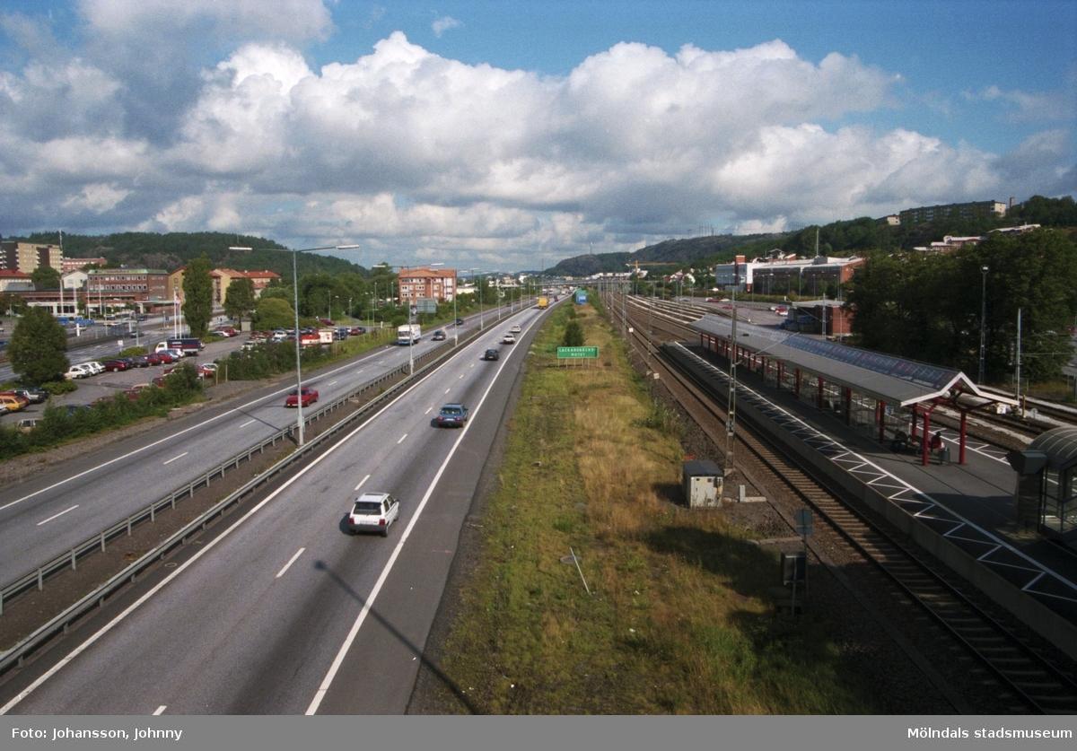 Vy över motorvägen i riktning mot Göteborg, från mitten av Mölndalsbro, 1996.