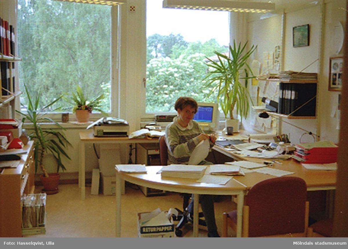 Kultur- och fritidsförvaltningens ekonom Lena Lundkvist sitter vid sitt skrivbord, augusti 1994.