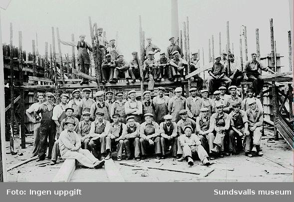 Byggnadsarbetare vid uppförandet av Philipsons bilfirma, Norra Järnvägsgatan 8, 1939-08.