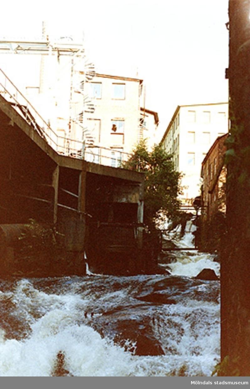 Kvarnfallet/Mölndals ström sett från Stora Götafors (Götaforsliden 13, Kvarnfallen 22-23), 1990-tal. Till vänster ses Soabs anläggningar. I bildens mitt finns gamla Karlsberg (Götaforsliden 17, kvarnfallet 18) och Lilla Götafors (Götaforsliden 15 eller kvarnfallet 20).