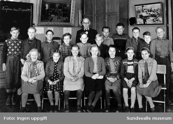 Folkskoleklass i Högoms skola, slutet av 1940-talet. Man höll då till i gamla apoteket Lejonets lokaler vid Montörsbron. Åk 5-6. Lärarens namn: Nore.