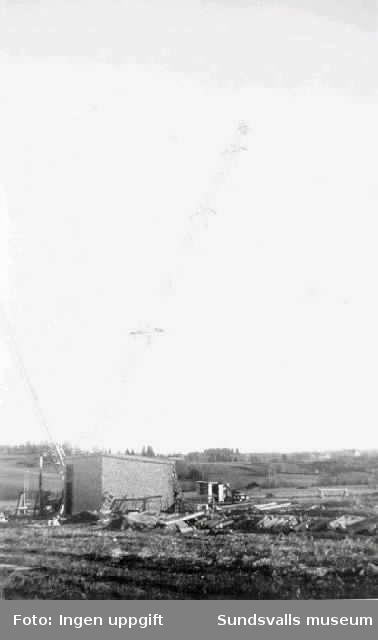 Resning av provisorisk fackverksmast vid rundradiostationen i Ljustadalen, 1948. Masten monterades på marken och vinschades sedan upp med hjälp av den hjälpmast som ses t v.