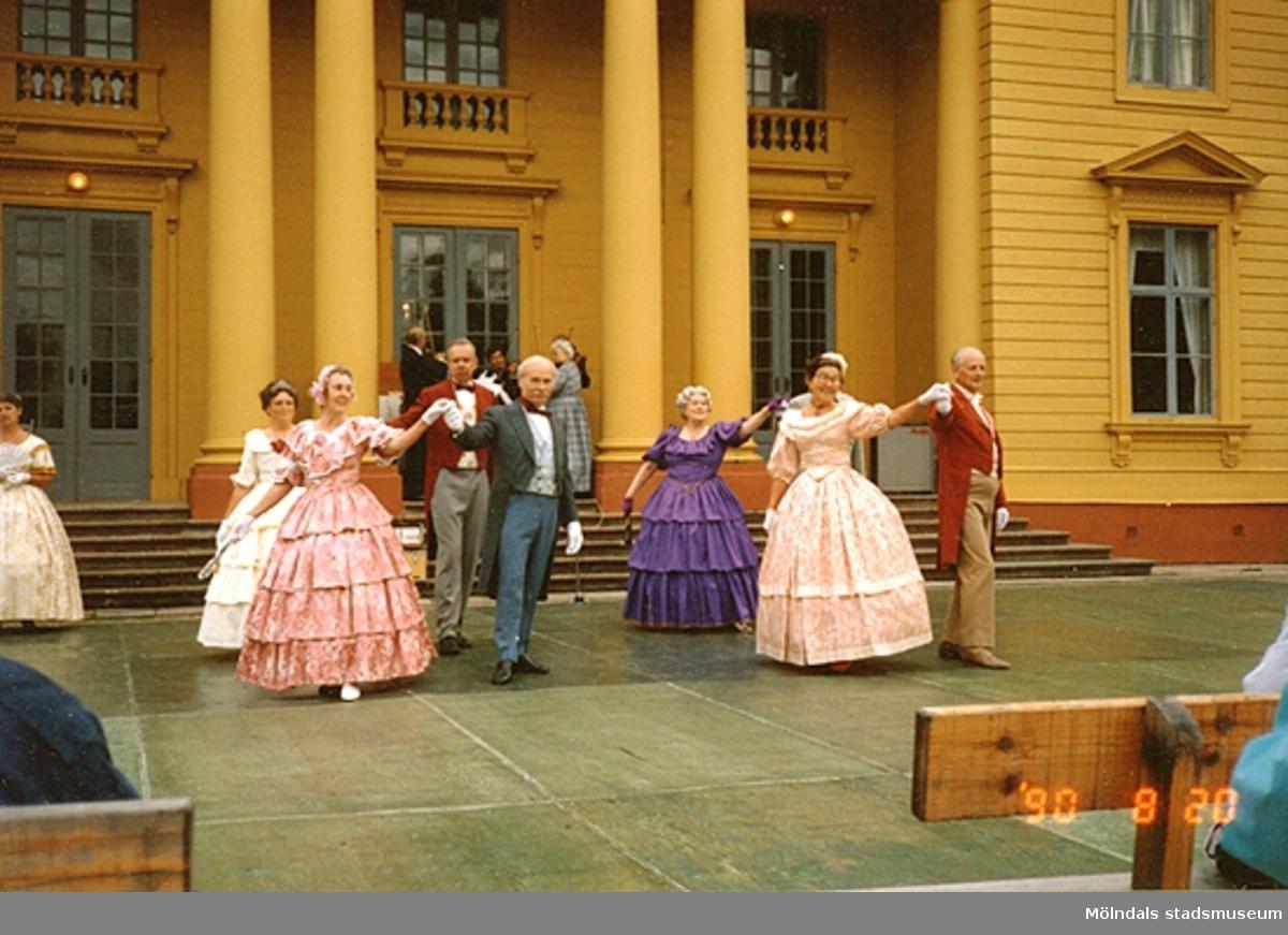 Dansuppvisning framför Gunnebo slott, med dansare i kläder från 1800-talets förra del. 20 augusti 1990. Fler relaterande bilder finns.