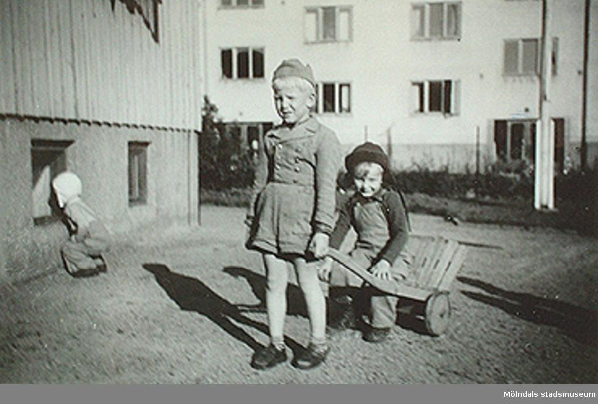 """""""Bråkiga och dumma kan dessa pojkar va´ men med tiden blir de´ säkert bra.""""Fotot sitter i albumet (invnr: 03395) """"Krokslätts daghem, Dalhemsgatan 7, Mölndal.2 juni 1948 - 30 sept 1951""""illustrerat av Ruth Karlsson."""