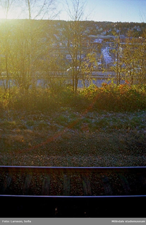 Järnvägsspår som passerar vid Hejderidarens gravsten. I bakgrunden syns Krokslätt.