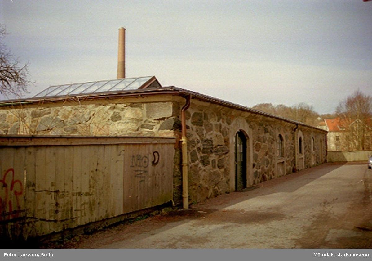 Handpappersbruket har sin verksamhet i stenladan. Ladan hör till Papyrusområdet.