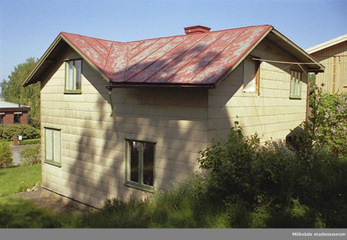 Bostadshus med uthus i bakgrunden, inför rivning. Vy från sydost, 1998-05-29.