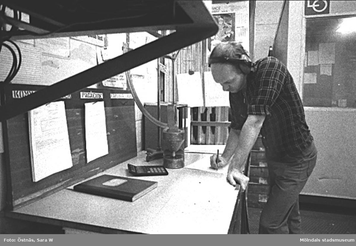 En man i arbete. Denny Andersson.Bilden ingår i serie från produktion och interiör på pappersindustrin Papyrus.