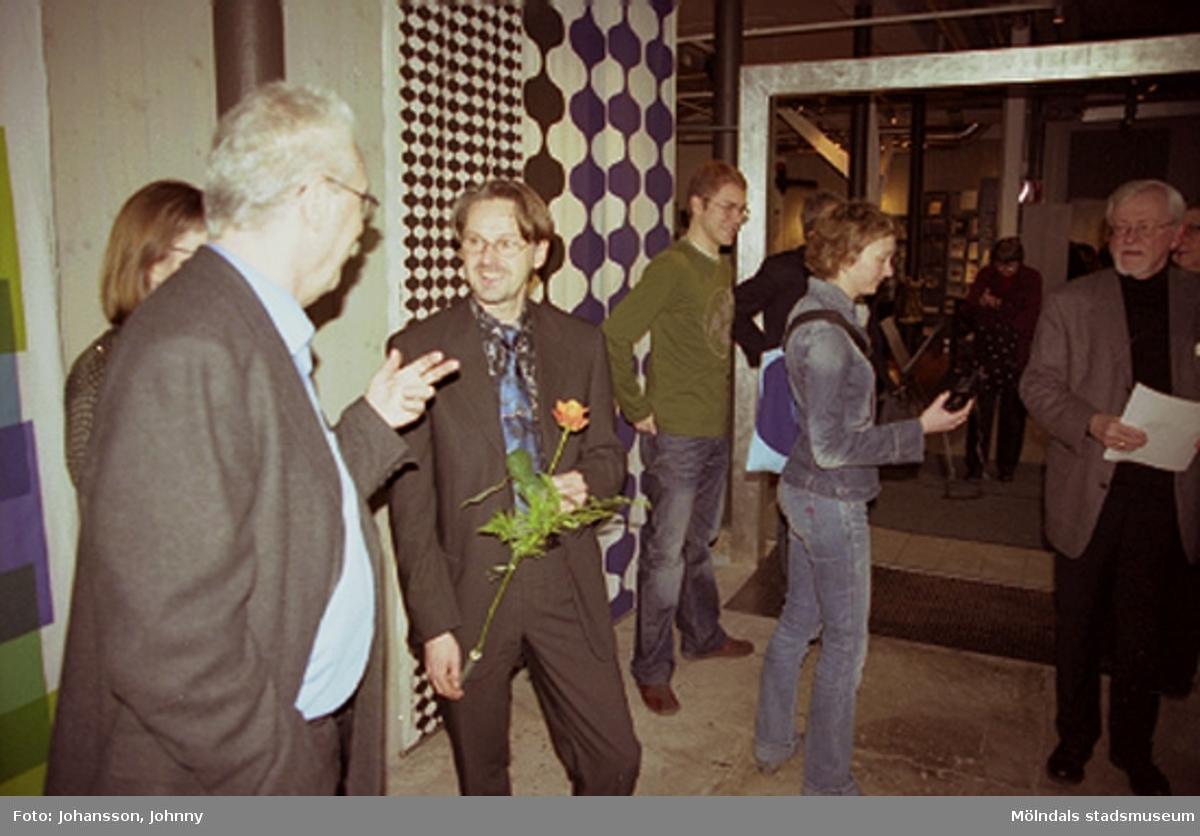 Invigning av Konstutställningen Glas & Textil på Mölndals museum, den 17:e jan. 2004.Med på bild: Göran Bergström.Konstutställningen Glas & Textil pågick mellan 17 januari - 22 februari 2004 på Mölndals museum.