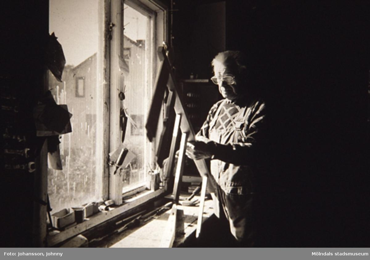 Porträtt av en man.Utställning av Ballbomöbler på Mölndals museum, N. Forsåkersgatan 19, Mölndal. Utställningen pågick mellan 30:e november 1997 - 29:e mars 1998.