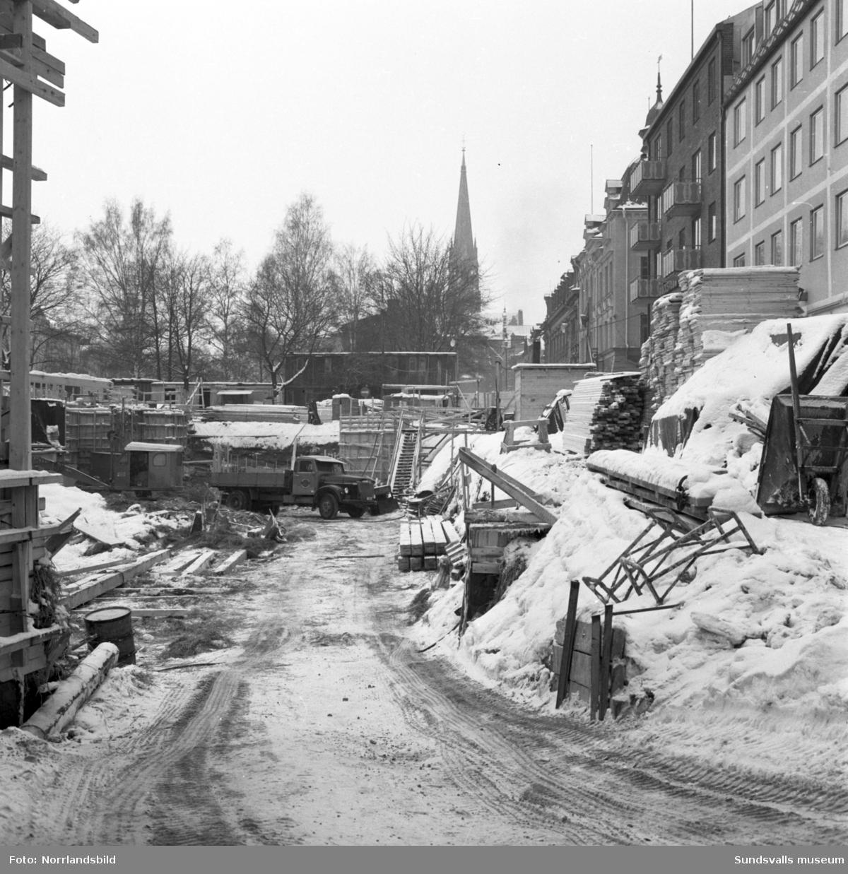 Bygget av Thulehuset vid Stora torget i hörnet Kyrkogatan-Torggatan.