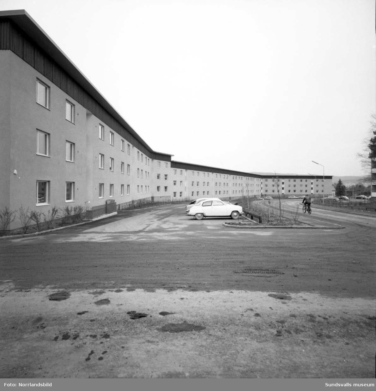 """Besiktning av bostadsbygge i Skönsberg, den så kallade """"Kinesiska muren"""" vid Skönsbergsvägen."""