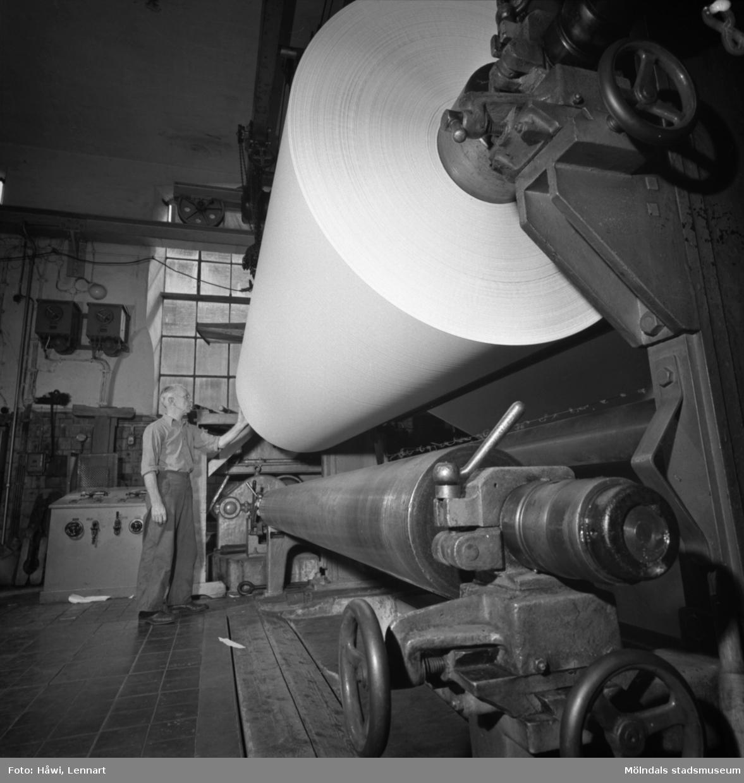 Man i arbete vid PM12, upprullning, på Papyrus i Mölndal, 13/5 1955.