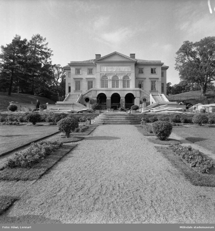 Reportage från Papyrus pressvisning i Mölndal, 29/8 1955. Gunnebo slott sett från slottsparken.