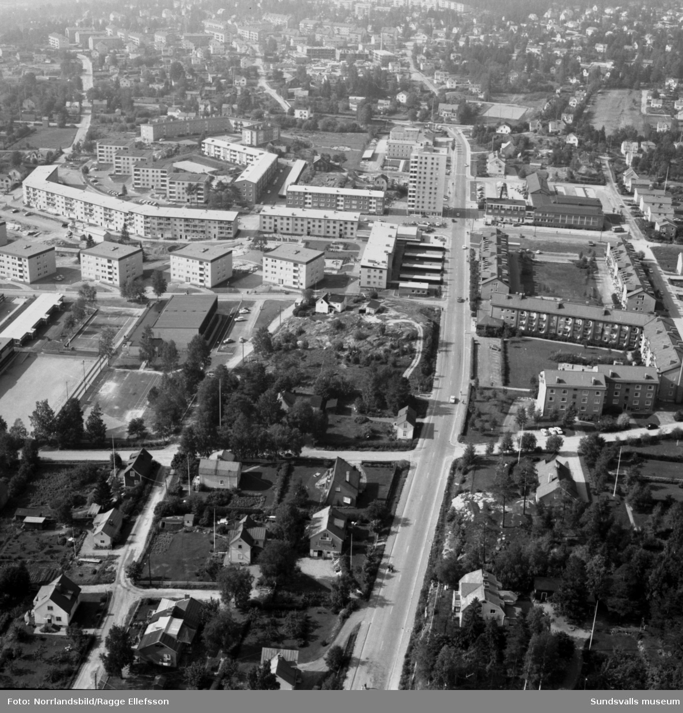 Flygfoton över Skönsbergs centrum med en blandning av gammal och ny bebyggelse.