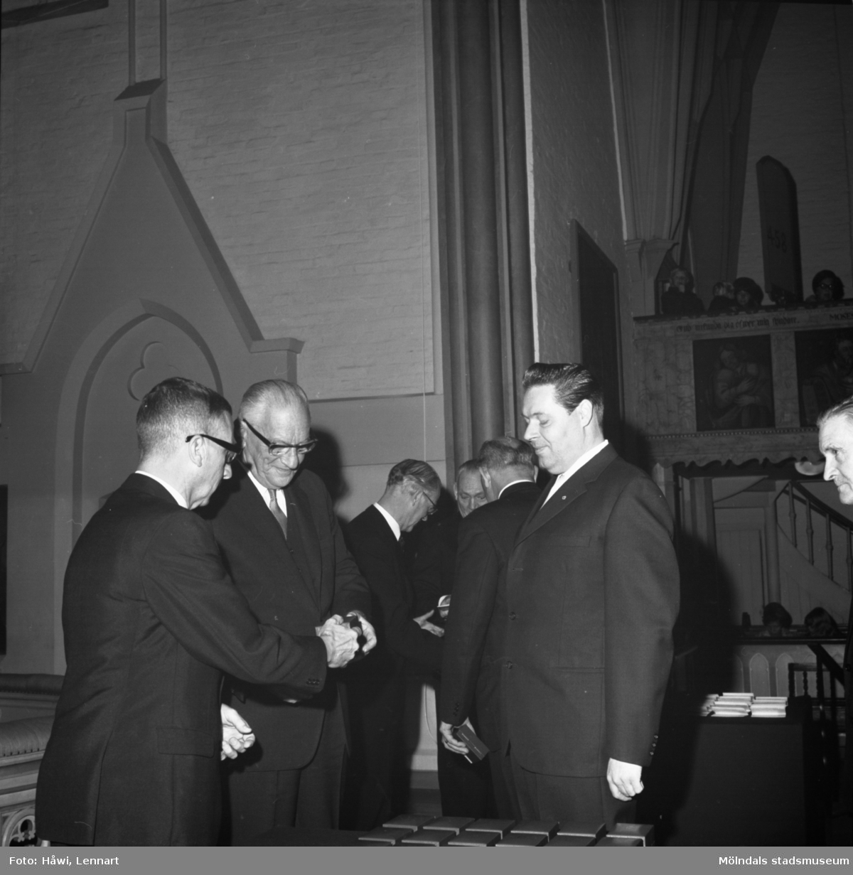 Utdelning av minnesgåvan vid Papyrus 75-årsjubileum. Fässbergs kyrka i Mölndal, 31/10 1970.