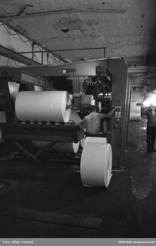 Män i arbete vid maskin på Papyrus i Mölndal, hösten 1970. Klipp 5 (arkmaskin), från baksidan, där man lade rullarna. byggnad 10.