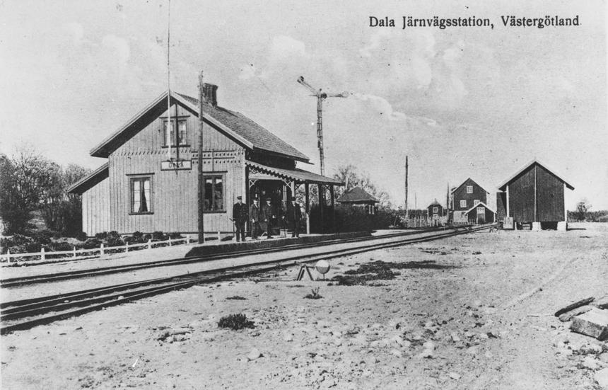 Järnvägsspår, den förenade post- och järnvägsstationen och stinsen med flera väntande på perrongen. Bilden är inlånad från Skövde. Poststationen i Dala inrättades den 1 februari 1874.