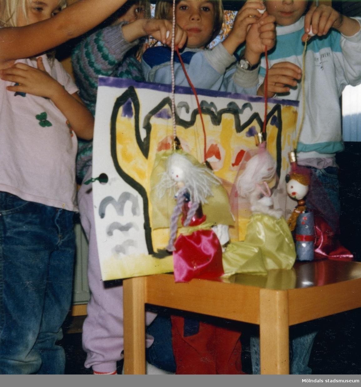 Dagisbarnens egna dockor. Dockteater på Rävekärrs daghem oktober 1988. Fotografi ur album tillhörande Blanka Kaplan.