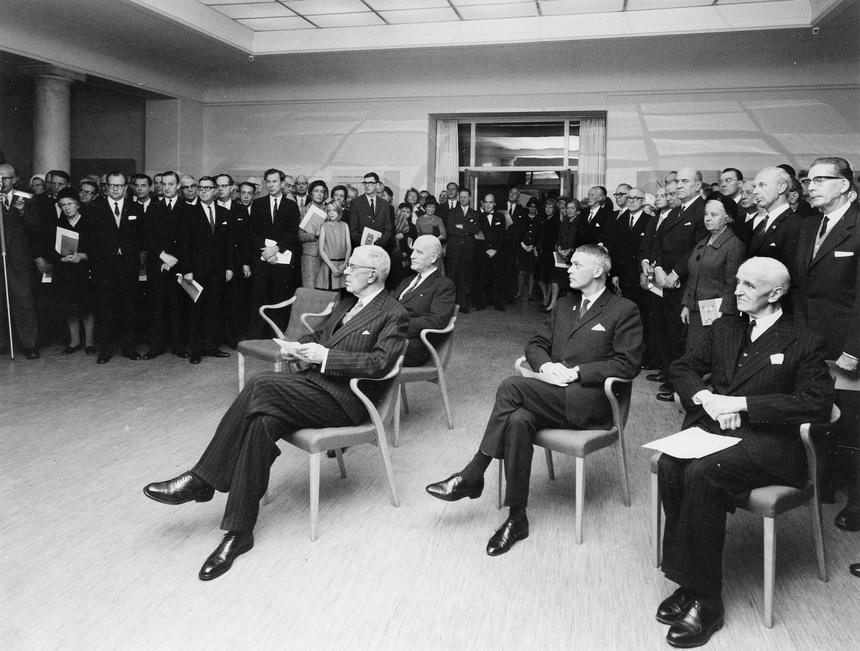 Jubileumshedersgäst var dåvarande kung Gustaf VI Adolf. Generaldirektör Nils Hörjel invigningstalade. Konungen lyssnar här uppmärksamt på invigningstalet.