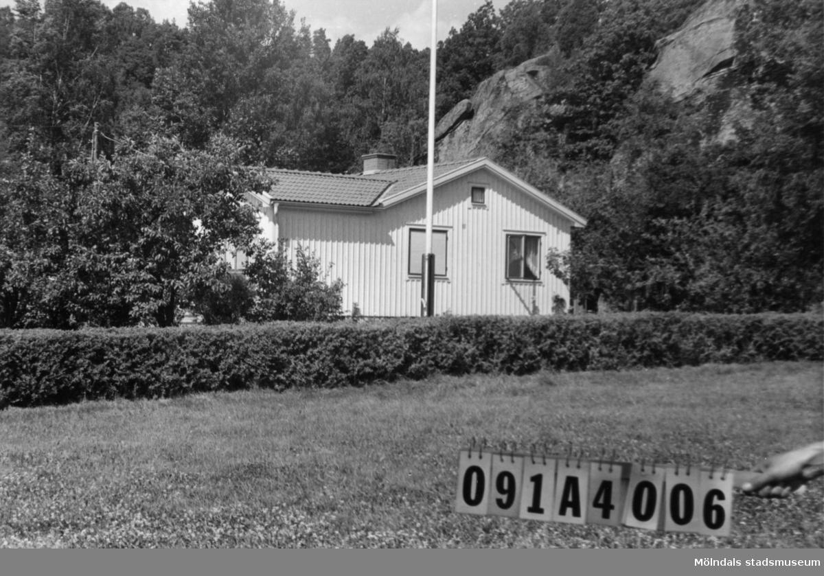 Byggnadsinventering i Lindome 1968. Hällesåker 6:12. Hus nr: 091A4006. Benämning: permanent bostad och redskapsbod + garage. Kvalitet: god. Material: trä. Tillfartsväg: framkomlig. Renhållning: soptömning.